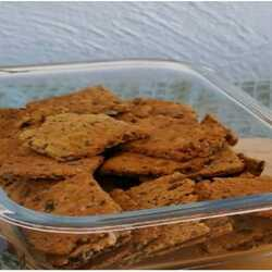 👩🍳🌿Recette Healthy🌿👩🍳  😍Crackers Multi-Graines😍  🌱Ingredients: -75g de farine T65 ou T80 -20g de flocons d'avoine  -30g de graines de courge -10g de graines de lin -10g de graines de sésame  -10g de graines de pavot -3/4 de cuillère à café de levure chimique  -1/2 cuillère à café de sel -20g d'huile d'olive  -60g d'eau   🥣Préparation: Préchauffer le four à 180°. Dans un petit saladier, réunir tous les ingrédients secs et mélanger. Ajouter l'huile d'olive, l'eau.  Mélanger à la cuillère. La pâte est collante, ce qui est normal. Verser la pâte sur une plaque de cuisson recouverte d'une feuille de papier sulfurisé.  Poser une deuxième feuille de papier sulfurisé sur la pâte et l'étaler au rouleau le plus finement et uniformément possible. Décoller doucement la feuille du dessus. Avec un couteau fin, prédécouper des carrés dans la pâte. Enfourner la plaque pour 15 à 20 minutes.  C'est cuit lorsque les bords de la pâte ont légèrement bruni. Laisser la pâte refrodir et la casser en carré.  Bonne dégustation !🥰🍹
